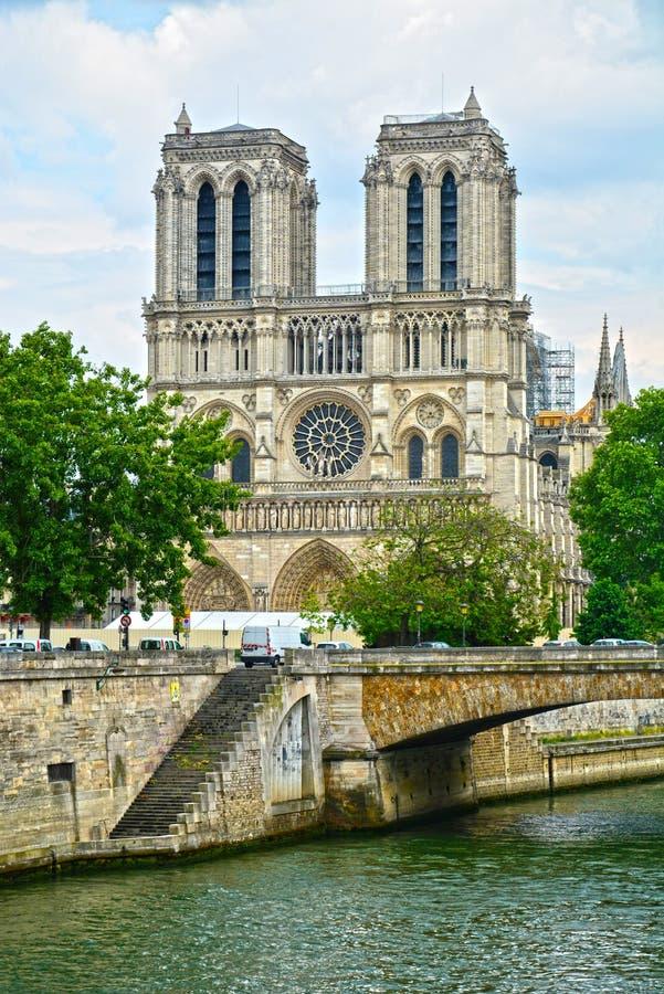 Cathédrale légendaire Notre Dame de Paris Bel achitecture parisien Point de repère magnifique après le feu destructif image stock
