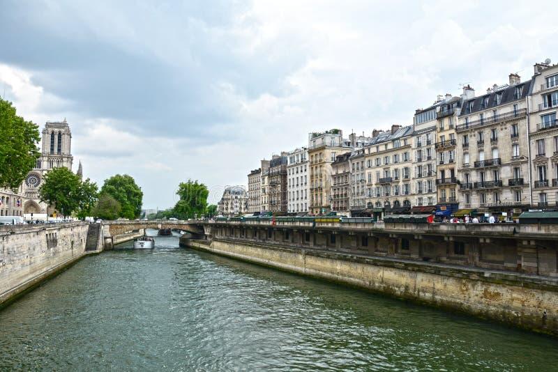 Cathédrale légendaire Notre Dame de Paris Bel achitecture parisien Point de repère magnifique après le feu destructif photo stock