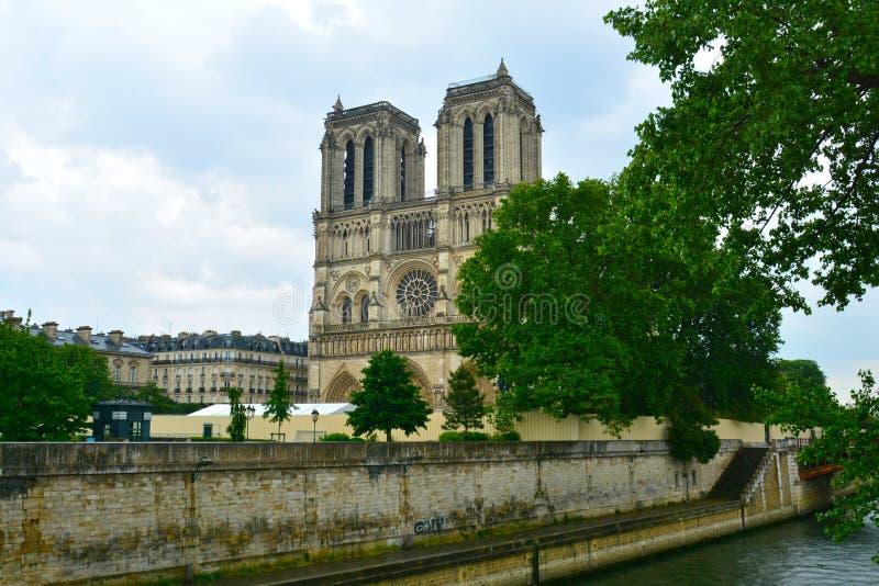 Cathédrale légendaire Notre Dame de Paris Bel achitecture parisien Point de repère magnifique après le feu destructif image libre de droits