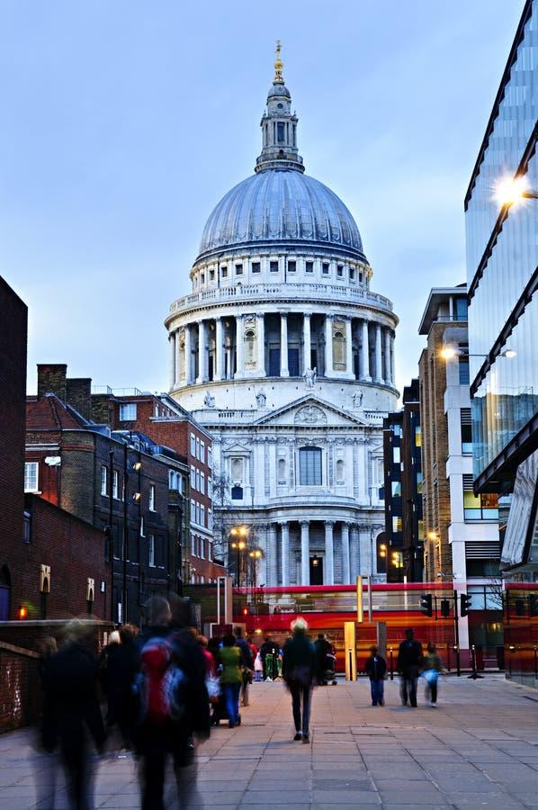 Cathédrale Londres de rue Paul au crépuscule image stock