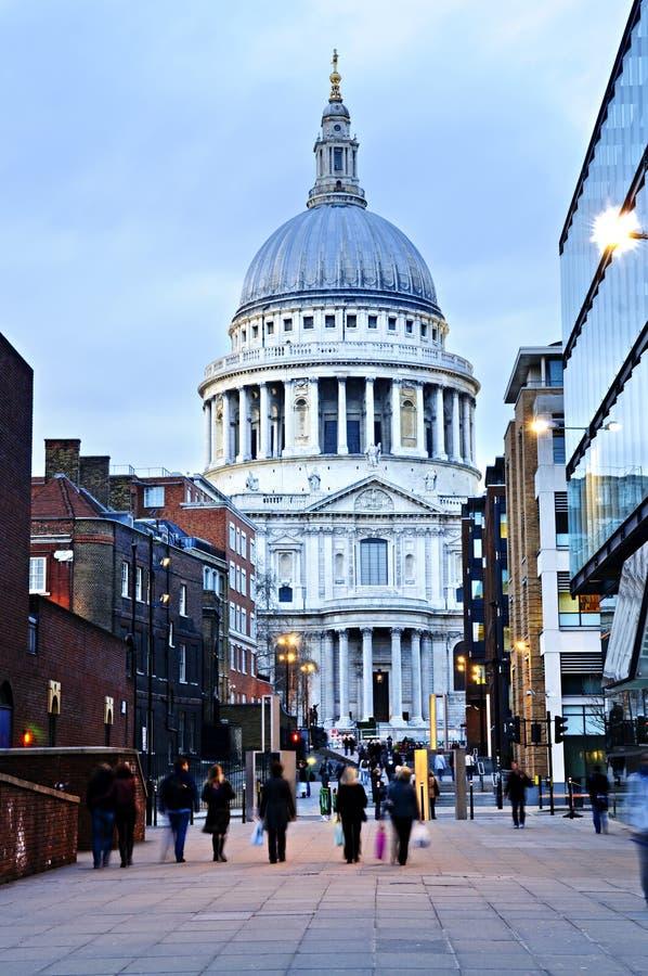 Cathédrale Londres de rue Paul au crépuscule photo libre de droits