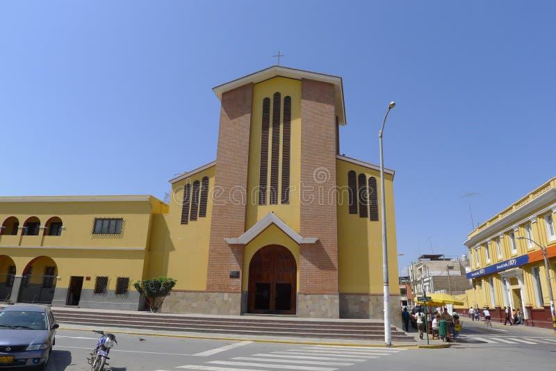 Cathédrale moderne de Cañete photographie stock libre de droits