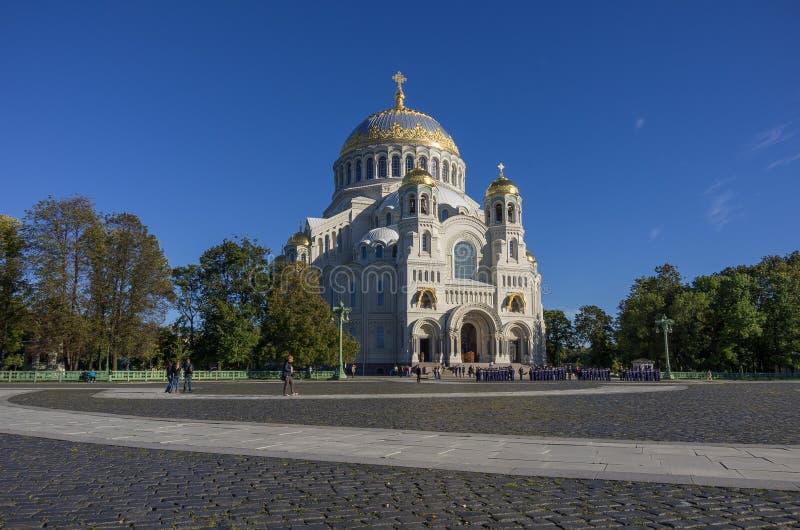 Cathédrale navale de Saint-Nicolas et la place avec des touristes et photos stock