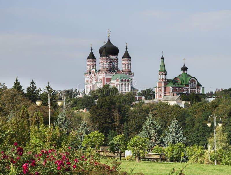 Cathédrale orthodoxe contre le ciel images stock