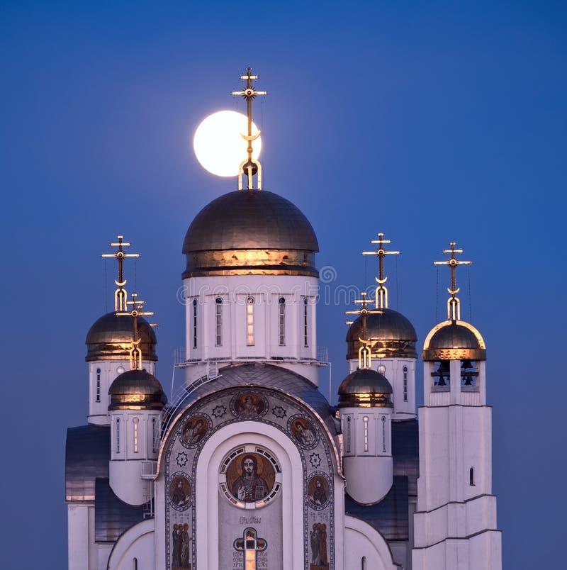 Cathédrale orthodoxe et pleine lune photo stock