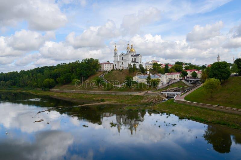 Cathédrale sainte de Dormition sur la colline d'hypothèse au-dessus de Dvina occidental photos stock