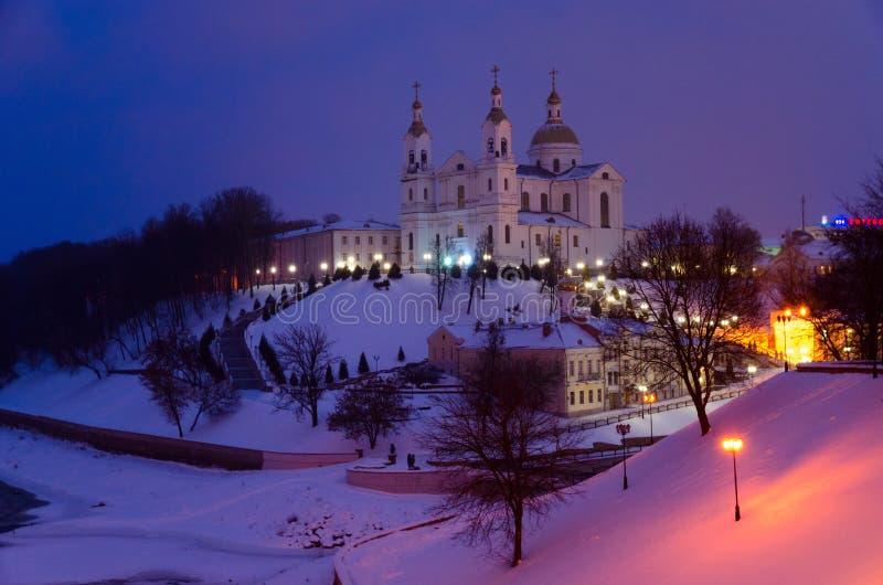 Cathédrale sainte de Dormition sur la montagne d'Uspenskaya au-dessus de Dvina occidental, égalisant le paysage d'hiver, Vitebsk, photographie stock