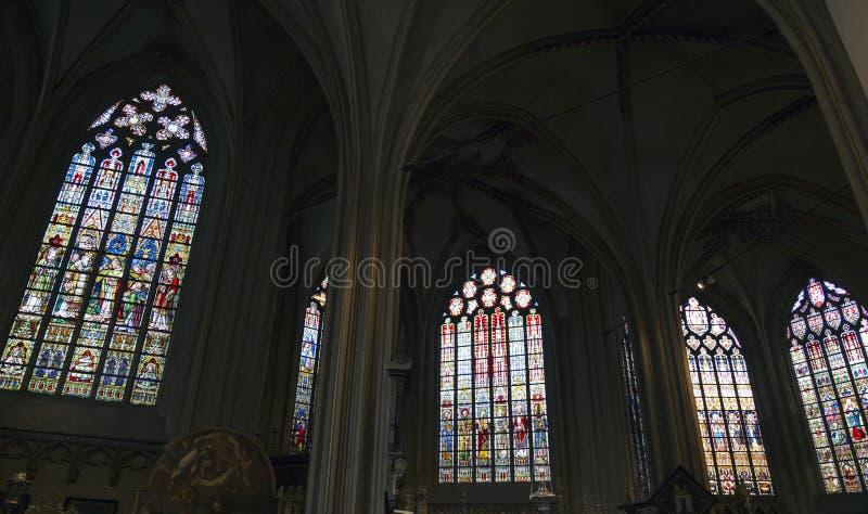 Cathédrale (Salvatorskerk) par le verre souillé photographie stock libre de droits