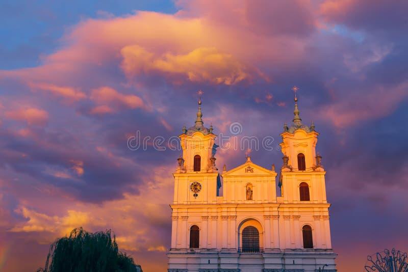 Cathédrale sur la place de ville principale photographie stock