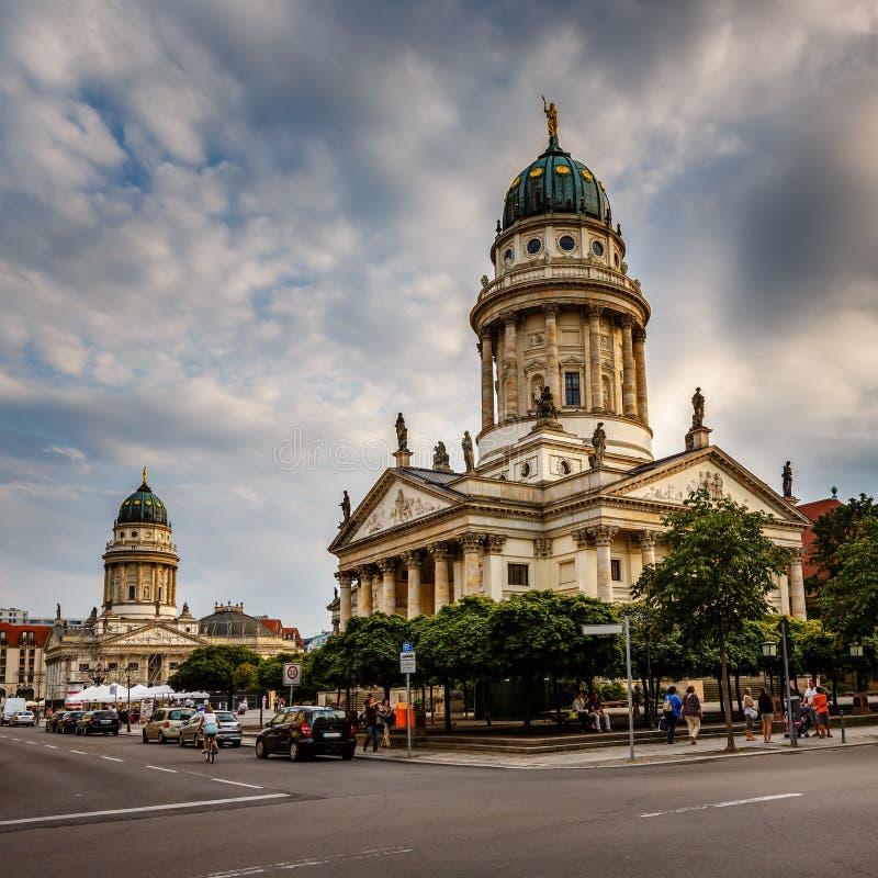 Cathédrales françaises et allemandes sur la place de Gendarmenmarkt à Berlin image stock