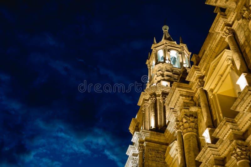 Cath?drale de basilique d'Arequipa, P?rou ? la nuit photo stock