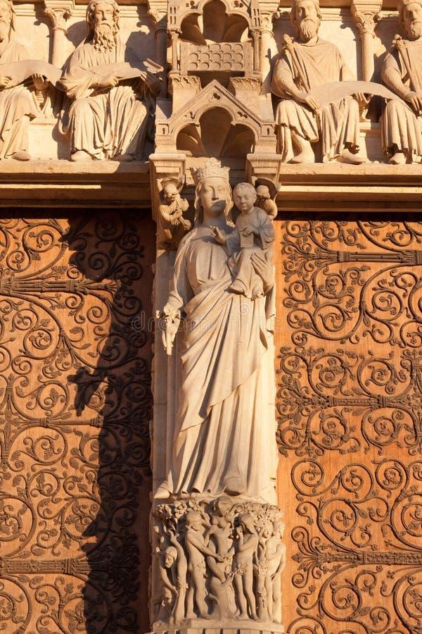 Cath?drale de Notre-Dame de Paris, Paris, France Plan rapproch? du trumeau du portail de la Vierge photo stock