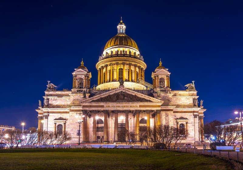 Cath?drale du ` s de St Isaac la nuit, St Petersbourg, Russie photographie stock
