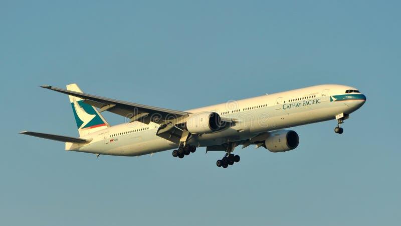 Cathay Pacific Boeing 777 que aterriza en el aeropuerto de Changi foto de archivo libre de regalías