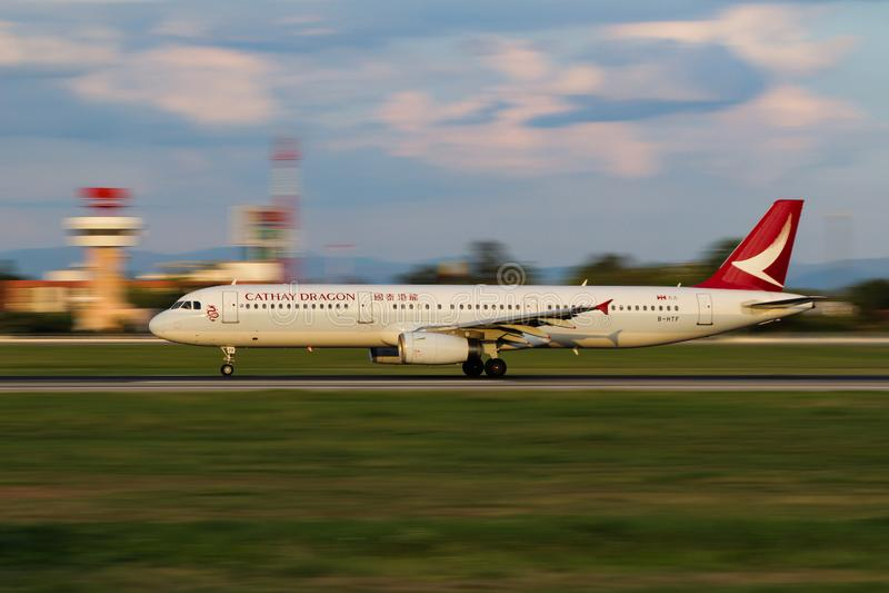 Cathay smoka Aerobus A321-231 lądowanie fotografia royalty free