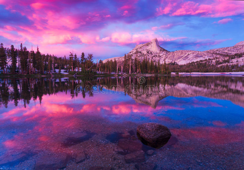 Cathedral湖在优胜美地 免版税库存照片