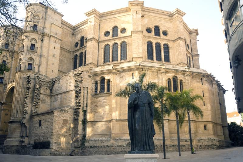 Cathedral Catedral de la Encarnacon, palmeras y cuadrado en los rayos del sol poniente fotografía de archivo