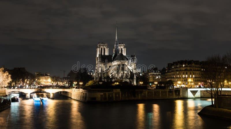 Cathedrale Нотр-Дам de Париж на ноче стоковое изображение