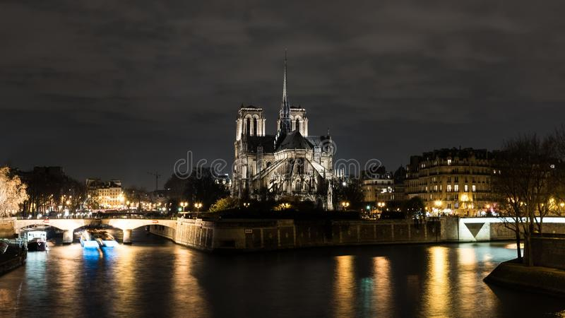 Cathedrale notre dame de paris przy nocą obraz stock