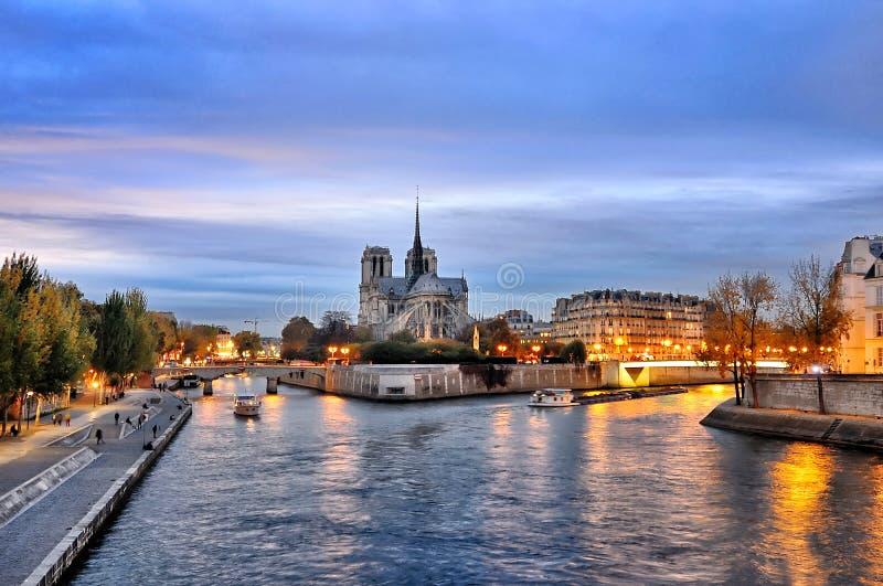 Cathedrale Notre Dame längs bankerna av floden Seine, Paris, Frankrike som ses från pont de latournelle arkivbild