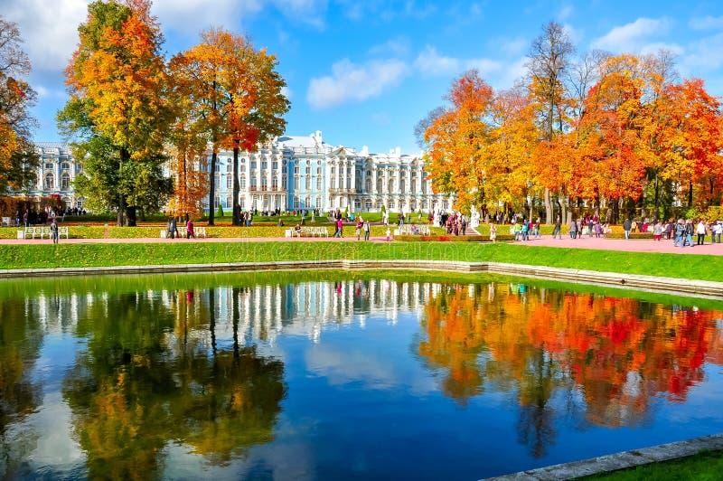 Catherine pałac w jesieni ulistnieniu, Tsarskoe Selo Pushkin, Świątobliwy Petersburg, Rosja fotografia royalty free