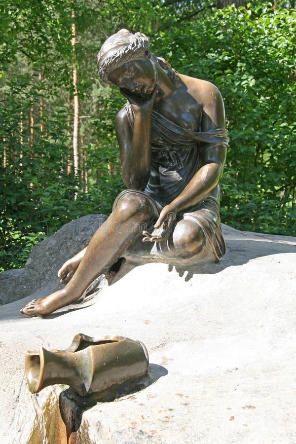 Catherine Park Sculpture Springbrunnflicka med den brutna tillbringaren royaltyfria foton