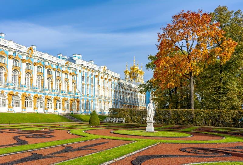 Catherine park w jesieni ulistnieniu i pałac, Tsarskoe Selo Pushkin, St Petersburg, Rosja zdjęcia stock