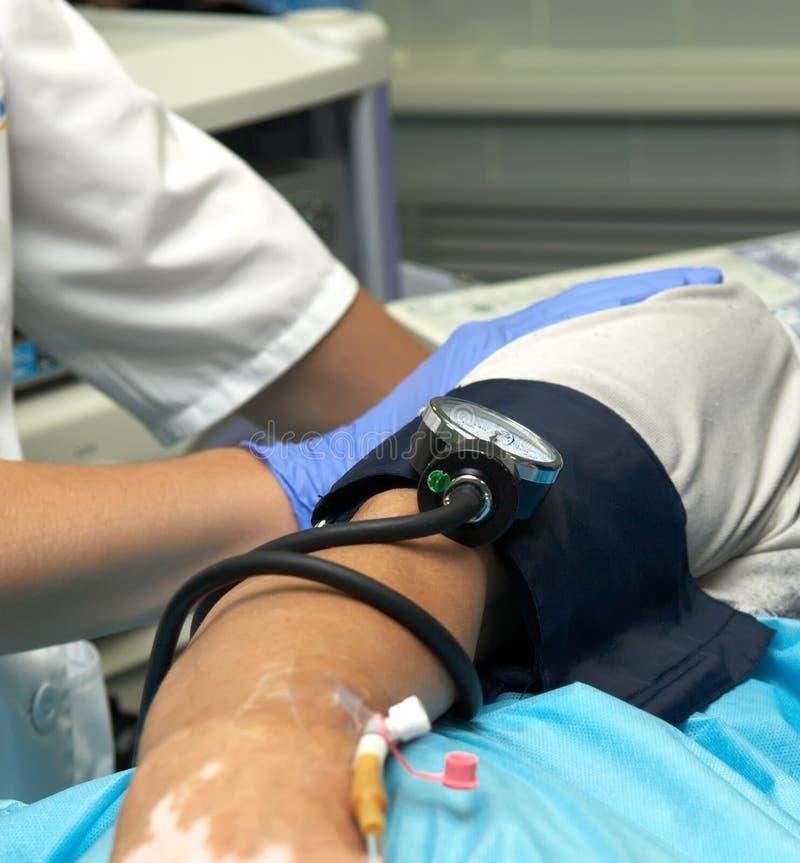 Catheter, die in lichaam van patiënt wordt opgenomen stock foto
