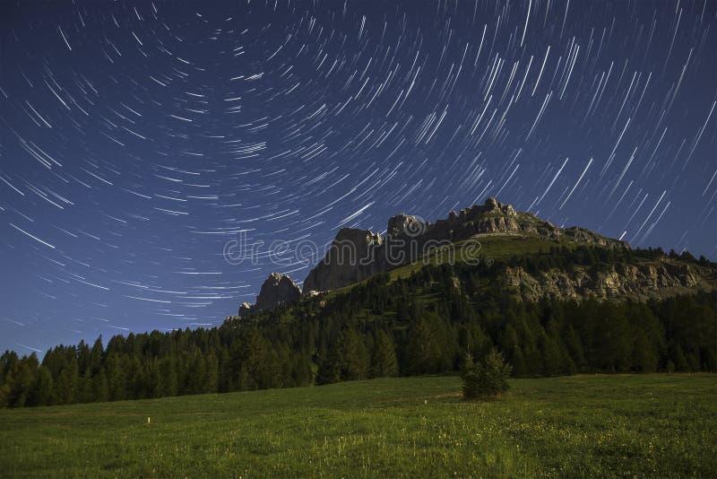 Catinaccio y la estrella se arrastra en el claro de luna, Karerpass - Dolomit fotos de archivo