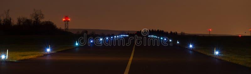 Catrame dell'aeroporto nella vista panoramica di notte immagine stock libera da diritti