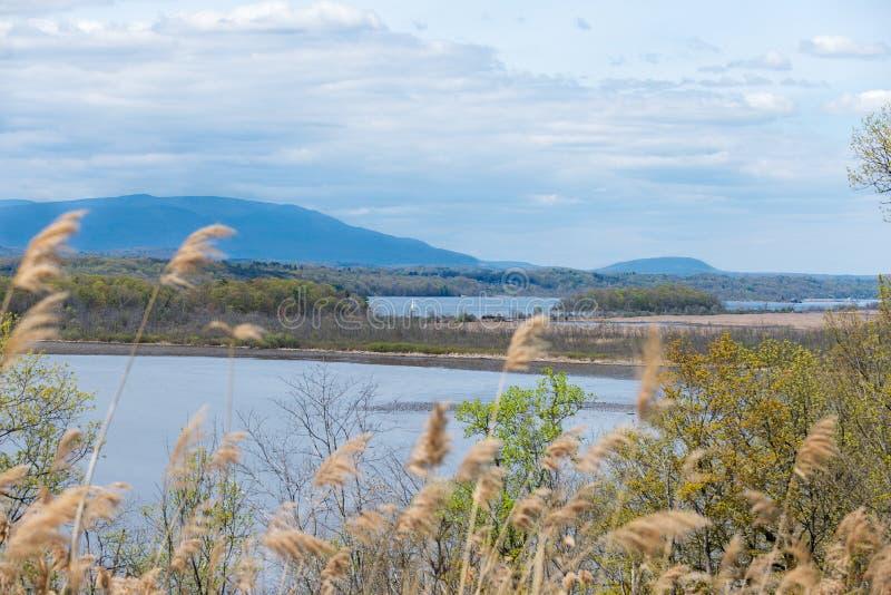 Catskill Mountain View attraverso Hudson River, Upstate NY fotografia stock libera da diritti