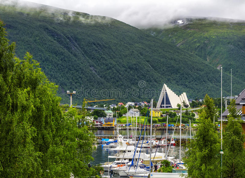 Cattedrale artica nella città in nordico, Norvegia di Tromso fotografie stock