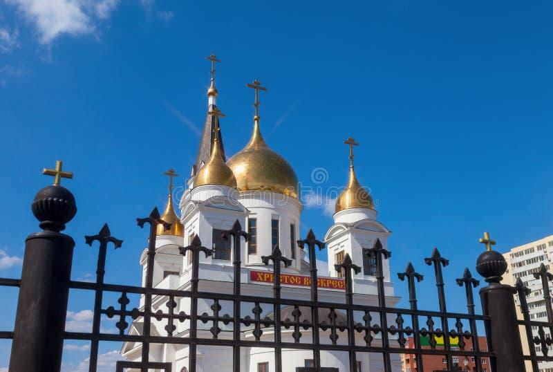 Download Cattedrale Bianca Con Le Cupole Dorate Fotografia Stock - Immagine di yellow, chiesa: 30825372