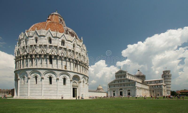 Cattedrale bianca durante il giorno immagine stock
