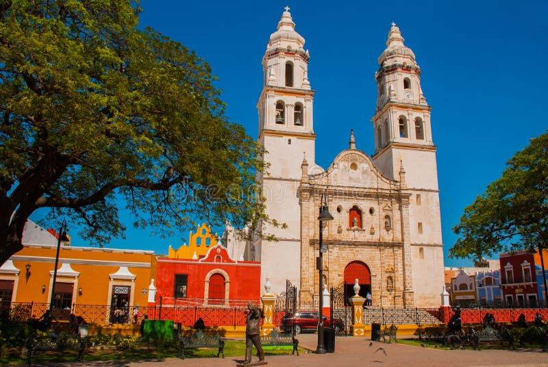 Cattedrale, Campeche, Messico: Plaza de la Independencia, in Campeche, ` s Città Vecchia del Messico di San Francisco de Campeche fotografia stock libera da diritti