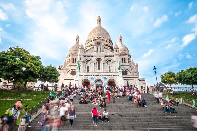 Cattedrale con i turisti in Francia, Parigi, Europa. fotografia stock