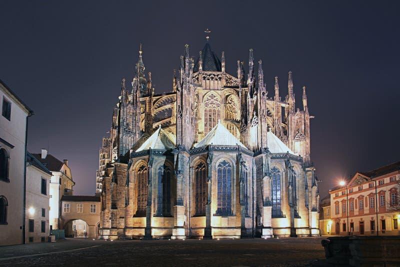Cattedrale del castello di Praga di notte fotografia stock