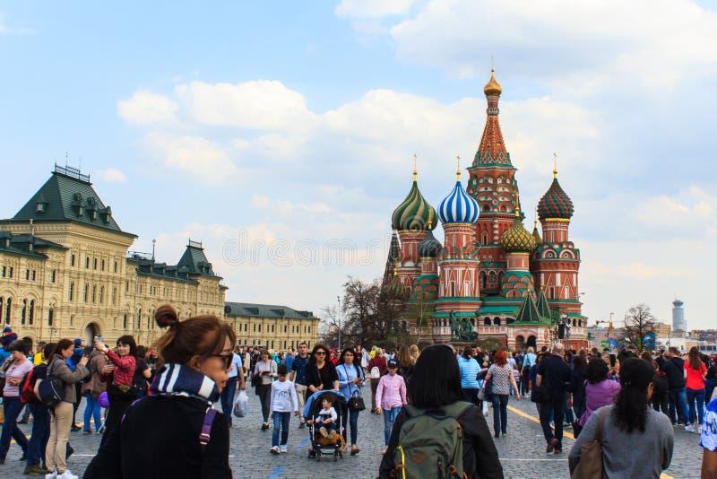 Cattedrale del ` s del basilico del san di visita dei turisti in quadrato rosso a Mosca, immagini stock
