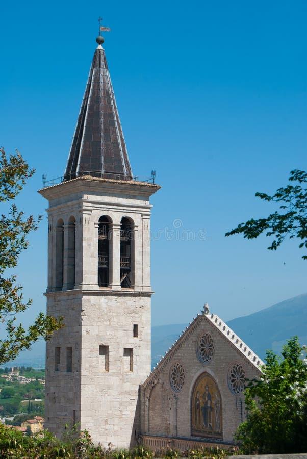 Cattedrale del XII secolo di Spoleto attraverso gli alberi fotografie stock libere da diritti