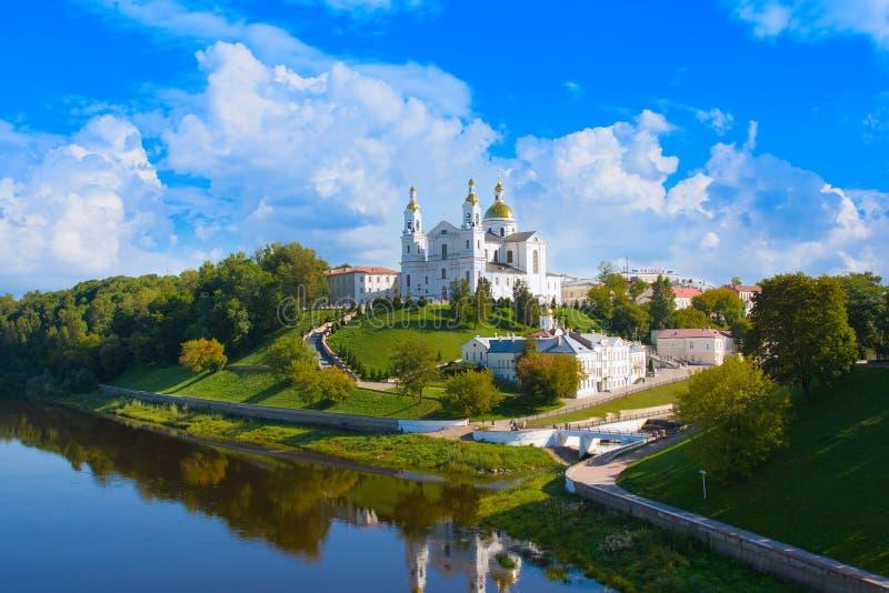 Cattedrale dell'Assunzione Santa sulla collina, il convento dello Spirito Santo e il fiume Vina occidentale in estate Vitebsk immagini stock libere da diritti