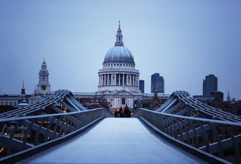 Cattedrale della st Paul e ponticello di millennio a Londra immagine stock libera da diritti