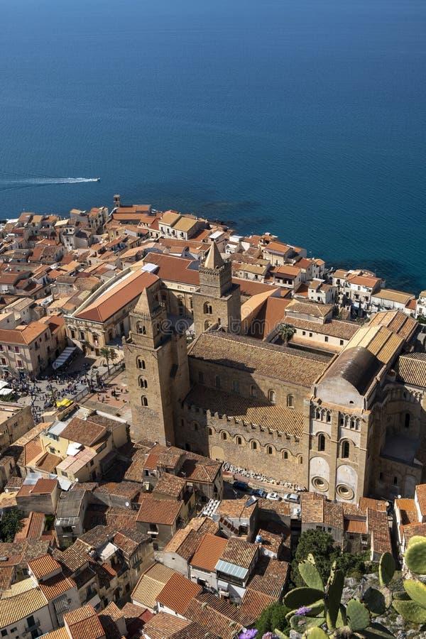 Cattedrale di Cefalu veduta da sopra, architettura Arabo-normanna in Sicilia immagine stock