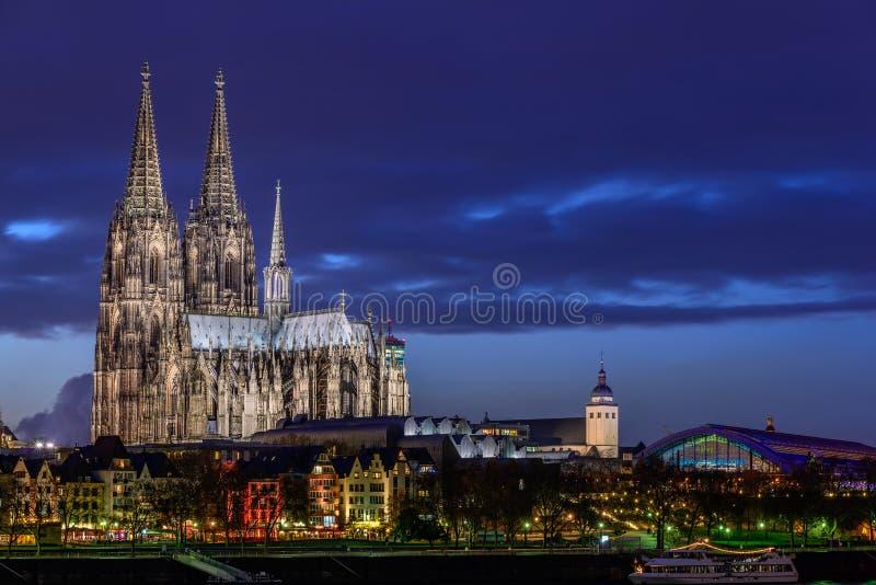 Cattedrale di Colonia al crepuscolo immagine stock
