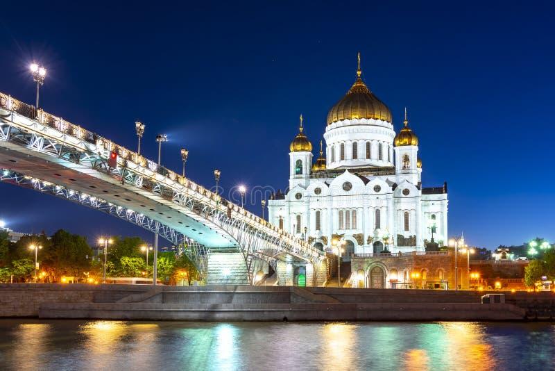 Cattedrale di Cristo Salvatore Khram Khrista Spasitelya e Ponte Patriarshy di notte, Mosca, Russia fotografie stock