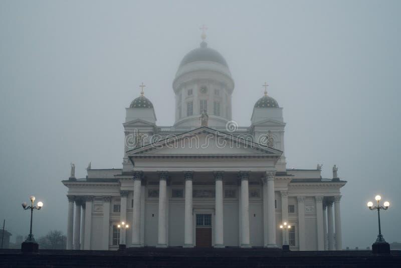 Cattedrale di Helsinki in nebbia pesante, Finlandia immagini stock