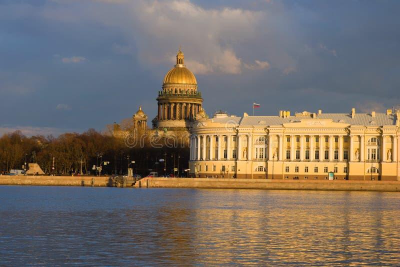 Cattedrale di Isaacs del san e la costruzione della corte costituzionale su una sera St Petersburg, Russia immagine stock libera da diritti