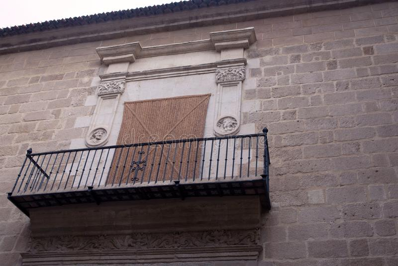 Cattedrale di Malaga, Spagna Balcone interessante con le inferriate forgiate sulla parete antica di pietra della cattedrale fotografia stock