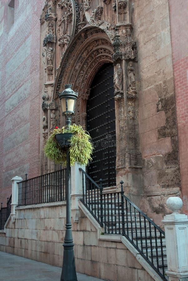 Cattedrale di Malaga, Spagna Vecchie viste, porte e scale delle pareti di pietra Lampada di via forgiata nera contro lo sfondo de fotografie stock libere da diritti