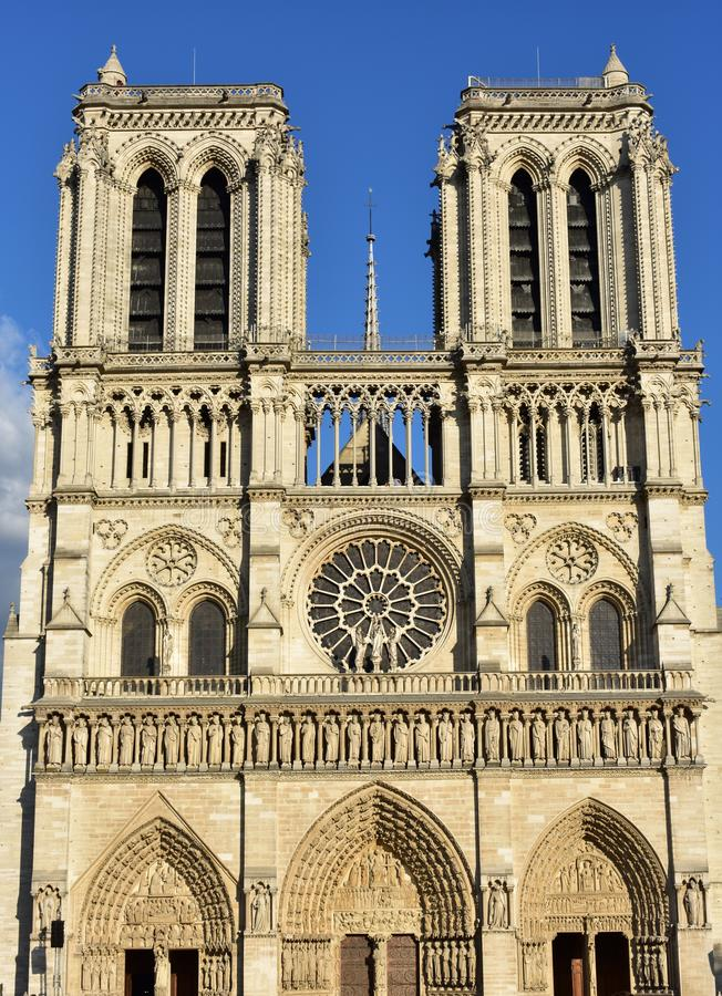 Cattedrale di Notre-Dame Parigi, Francia Facciata gotica con la luce del sole Giorno soleggiato, cielo blu fotografie stock