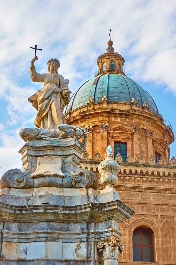 Cattedrale di Palermo con la statua di Santa Rosalia immagini stock